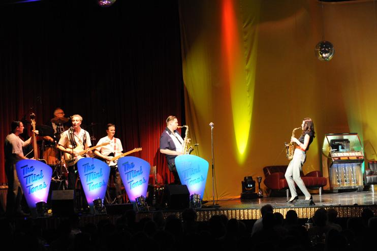 """Wintergarten Variet&eacute; Berlin, 2011<br>Foto: Hendrik Weber, WDA<br>Live mit der Band """"The Mint Tones"""""""
